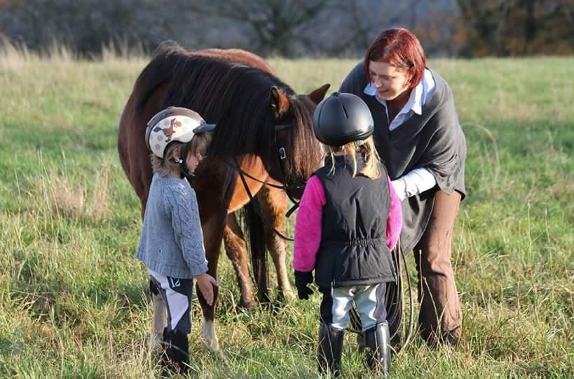 Einen respektvollen Umgang mit dem Pferd kann man nicht früh genug schulen ©Sandra Schweig